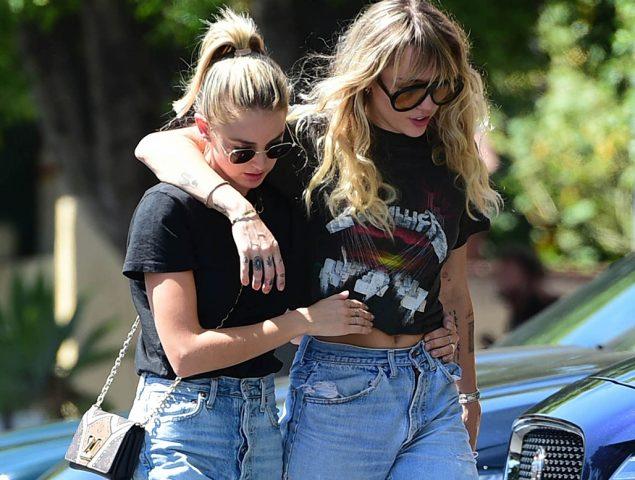 Miley Cyrus y su novia Kaitlynn Carter y el fenómeno de las parejas que acaban vistiendo igual