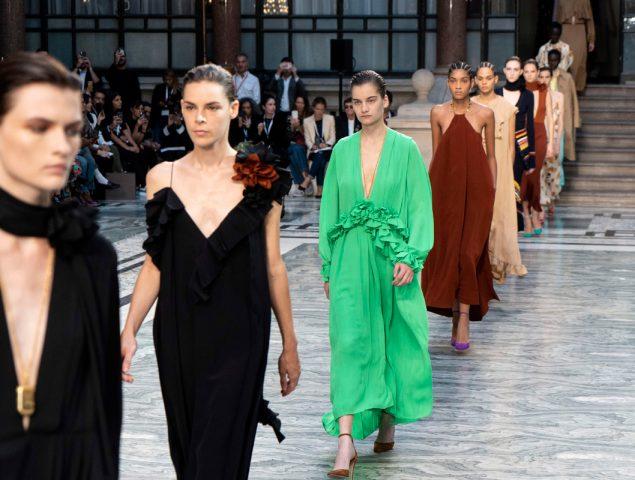 Trajes estructurados y vestidos fluidos: así ha sido la celebrada colección de Victoria Beckham
