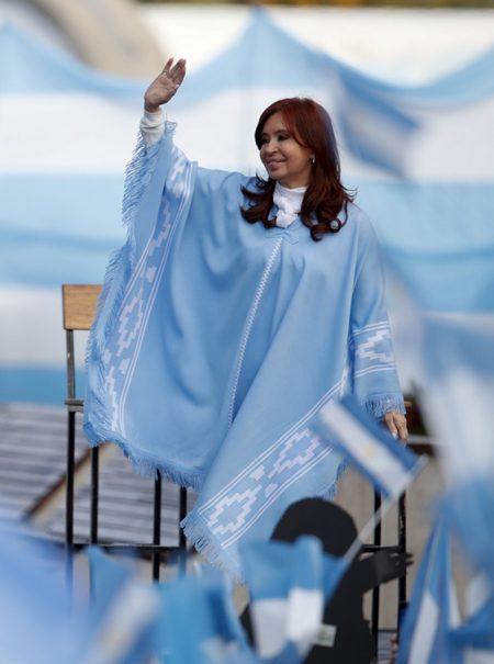«Ponchocracia»: cómo una capa ayudó a Cristina Kirchner a ganar las elecciones