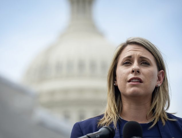 Castigada cuando eres la víctima: el doble rasero del escándalo sexual de la congresista demócrata Katie Hill