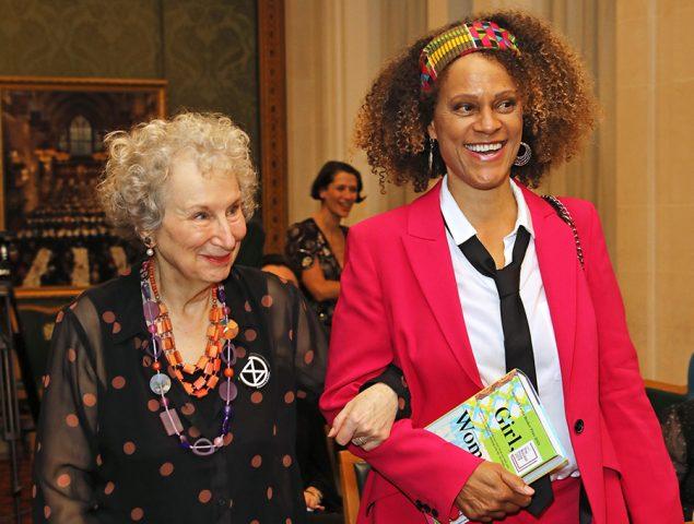 El significado del misterioso símbolo que Margaret Atwood no se quita de la solapa
