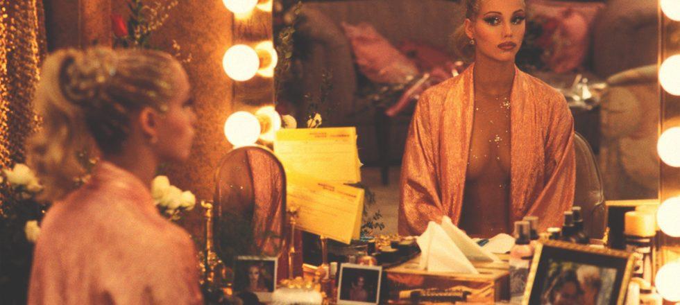 'Showgirls': la historia de la película de 'strippers' que hundió a una actriz pero aupó a un director