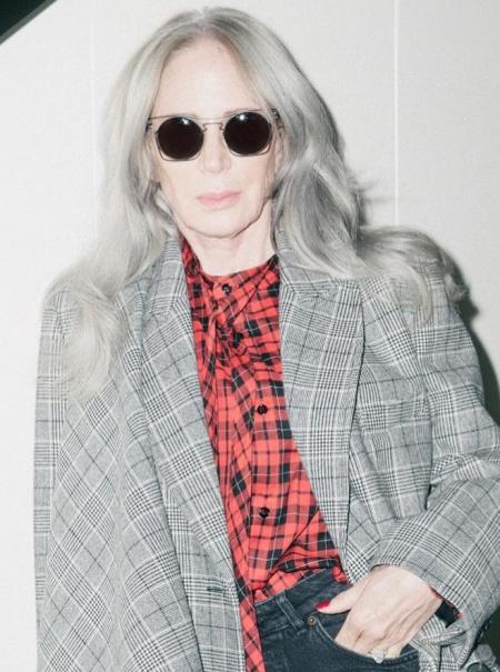 La modelo de 66 años que se convirtió en una 'influencer' con miles de seguidores cuando se dejó las canas al aire