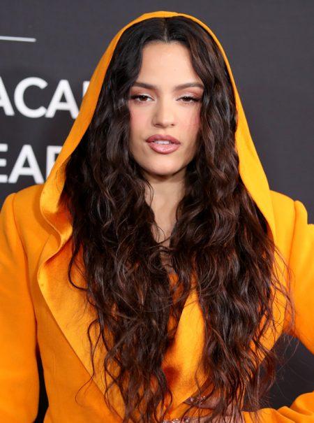 ¿Vox, quién? Rosalía reaparece exultante de amarillo Balmain en la gala de los Grammy en Las Vegas