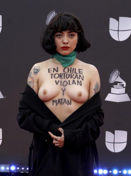 Quién es Mon Laferte, la cantante del toples protesta en los Grammy Latinos