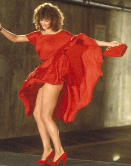 La historia de la prenda más erótica de la historia del cine: el vestido de 'La mujer de rojo'