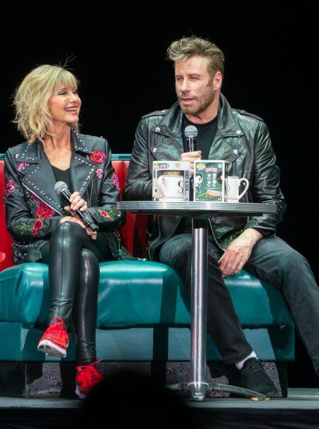 John Travolta y Olivia Newton-John se ponen de nuevo la ropa (y el pelazo) de Grease