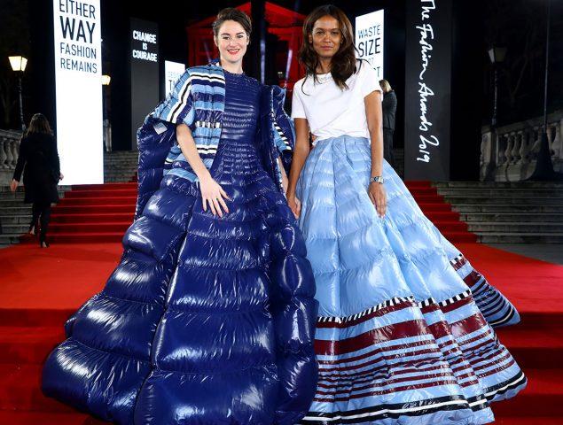 Por qué es importante que aparecieran dos 'vestidos-plumífero' en los Fashion Awards