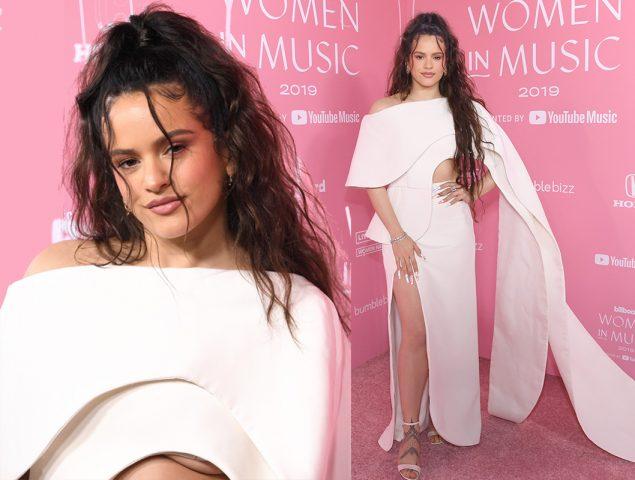 La espectacular capa blanca y escote 'underboob' de Rosalía para triunfar en los Billboard Women in Music