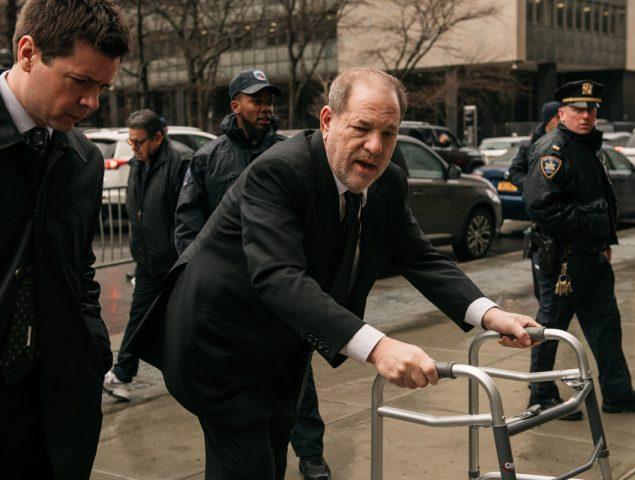 Andador y zapatos gastados: así domina Harvey Weinstein la semiótica de la estética de juzgado