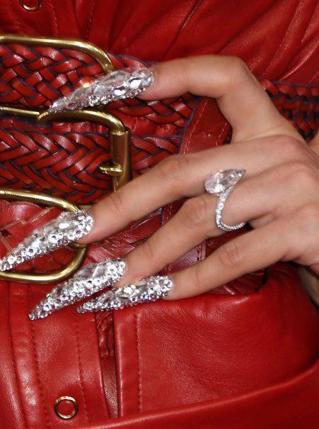 En el asiento trasero del coche, con lámpara LED y cristal a cristal: Rosalía se hizo en marcha su manicura antes de los Grammy