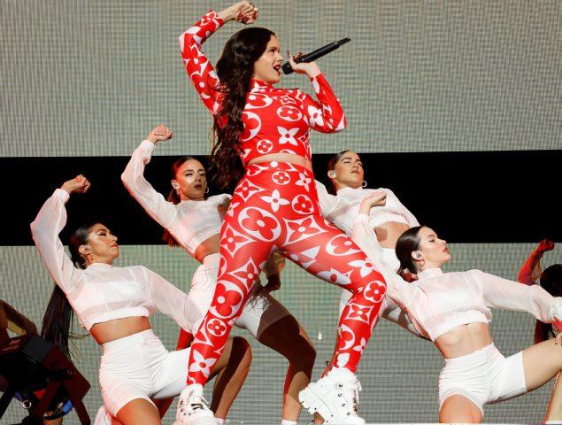 «Le he dicho que sí»: Rosalía llama «esposa» a Kylie Jenner después de arrasar en su segundo concierto en Los Ángeles