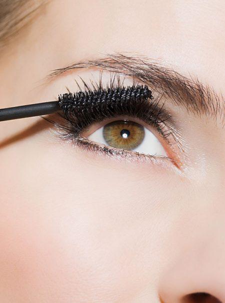 Rizar las pestañas con una cuchara, el truco doméstico que utiliza la maquilladora más famosa del mundo