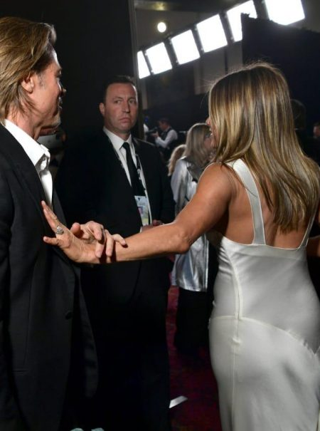 Blanco satén y esmoquin negro: así escenificaron su esperado reencuentro Jennifer Aniston y Brad Pitt ante las cámaras