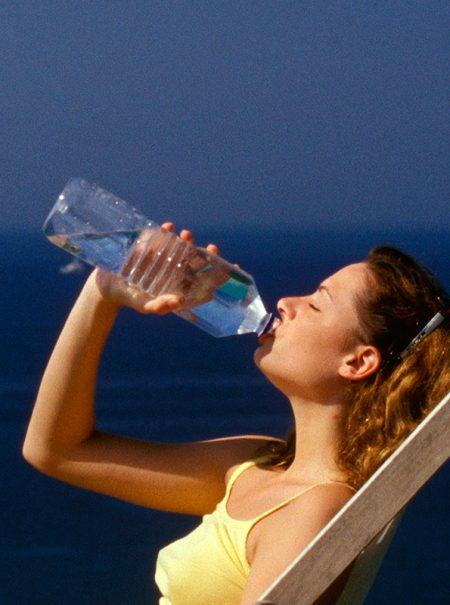 ¿Beber mucha agua adelgaza y mejora la piel? Los mitos y verdades del líquido elemento