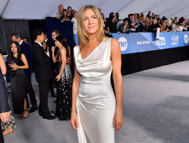Todas las versiones 'low cost' del vestido de satén de Jennifer Aniston en los Premios SAG