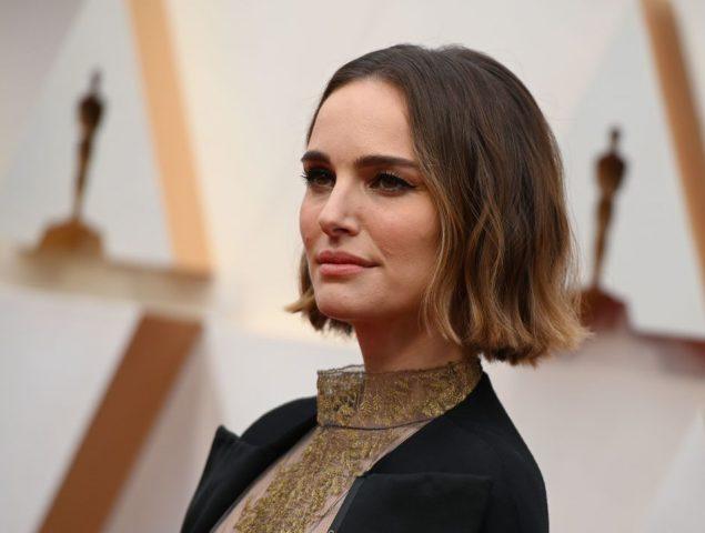 El poderoso bordado feminista escondido en la capa de Natalie Portman en los Oscar