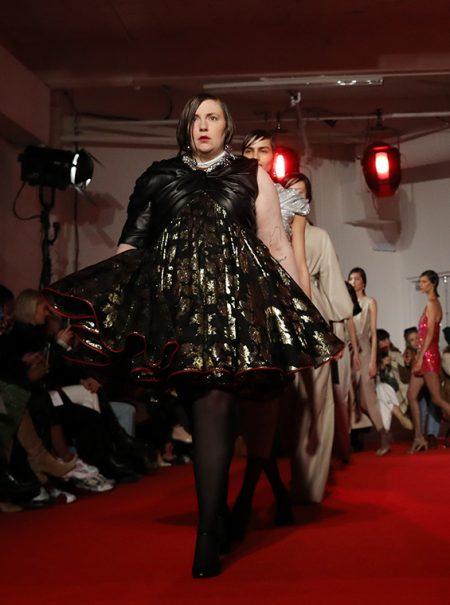 Lena Dunham debuta desfilando para 16Arlington en Londres