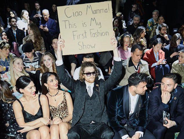 Dude with sign, el meme viviente más famoso de Instagram, se cuela en el desfile de Dolce & Gabbana
