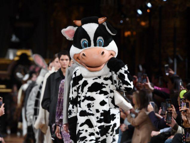 Animales de peluche desfilando y homenaje al reino animal: el reino 'cruelty free' de Stella McCartney