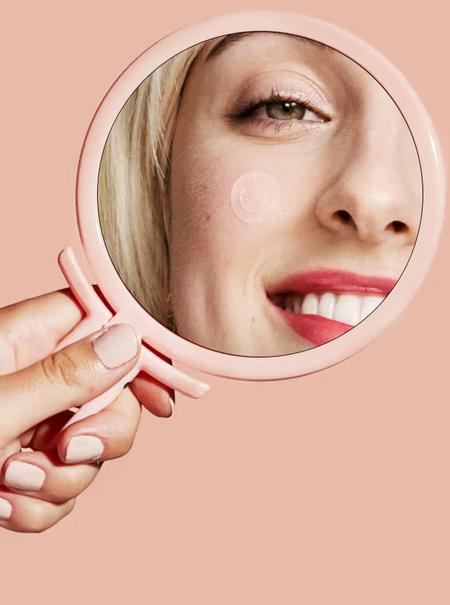 Así funcionan los parches anti acné que eliminan granos mientras duermes