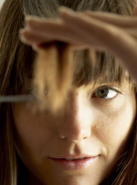 Cómo cortarte el flequillo sola y otros trucos de peluquería casera