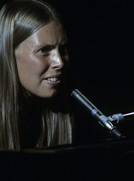 Taylor Jenkins Reid: «¿El músico más feminista de los setenta? David Crosby, al menos sabía que el mejor de todos ellos era Joni Mitchell»