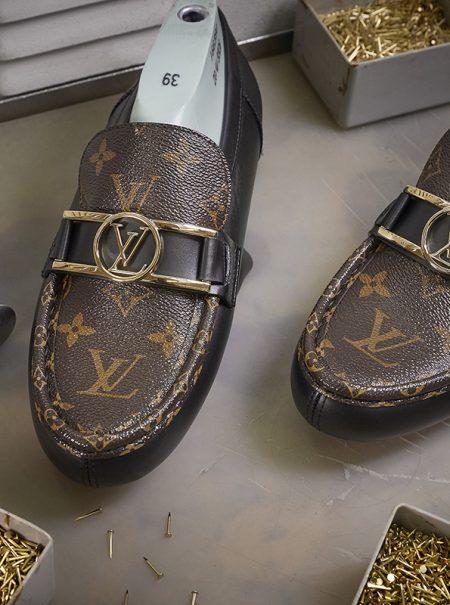 Cortar, coser o pulir: todo el trabajo artesanal detrás de los mocasines de Louis Vuitton