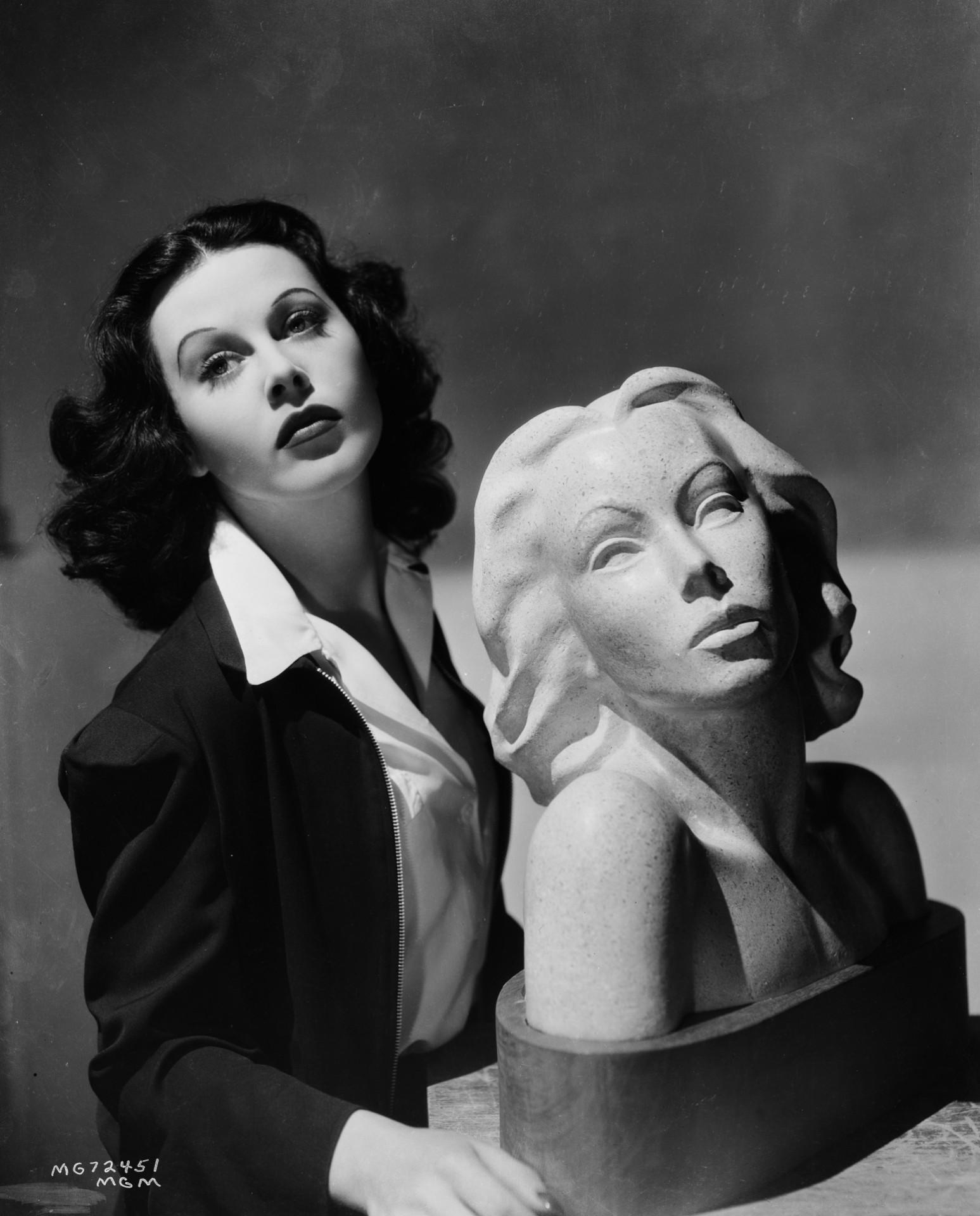 Junto a su escultura, de Nina Saemundsson, en 1939.