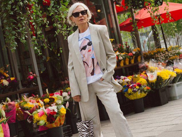 Pelo canoso y armario envidiable: las claves de estilo de la 'influencer' de 54 años que arrasa en Instagram