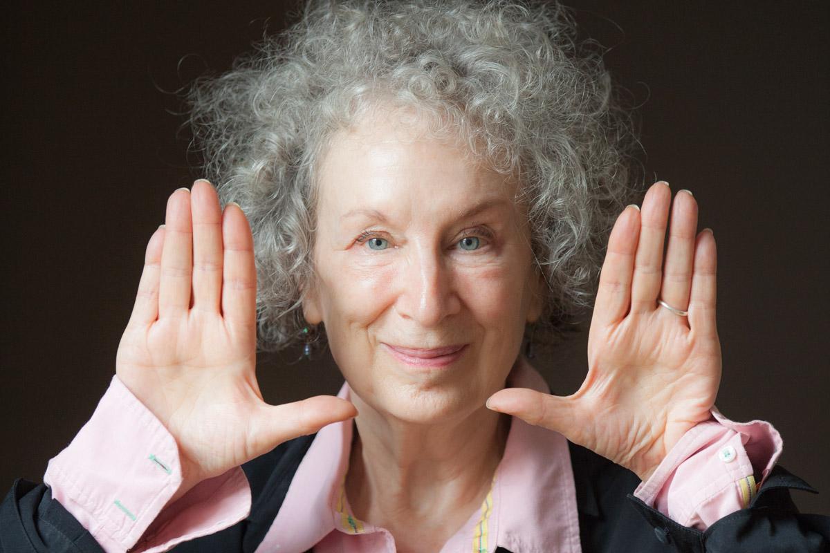 «No abrir Twitter» y otros tres consejos de la escritora Margaret Atwood para no procrastinar cuando trabajas en casa
