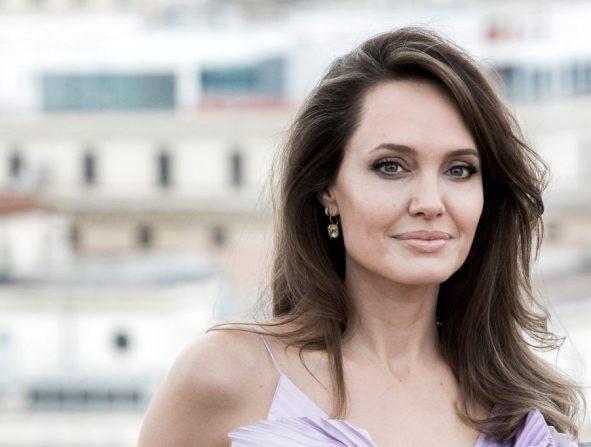 El aceite de árbol de te que salvó la melena de Angelina Jolie cuando peor tenía el pelo