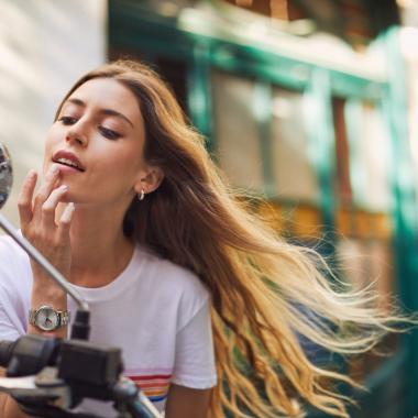 Mujer barra labios barcelona