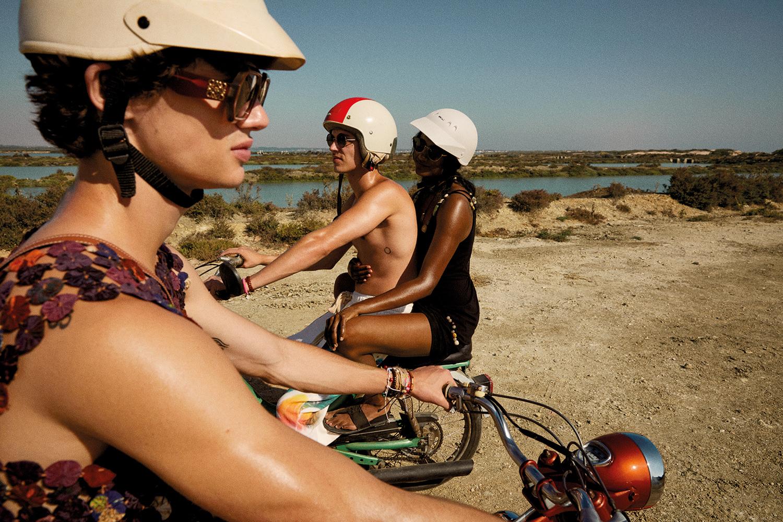 Aron Piper, Simone Ashley y Fernando Lindez se empapan del espíritu de Paula's Ibiza en el último vídeo de Loewe