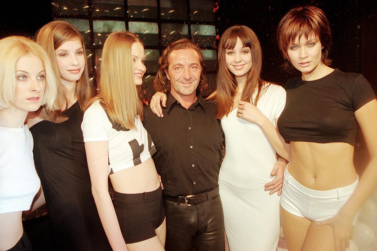 Gérald Marie posa con cinco modelos de su agencia durante la semana de moda parisina en 1996.