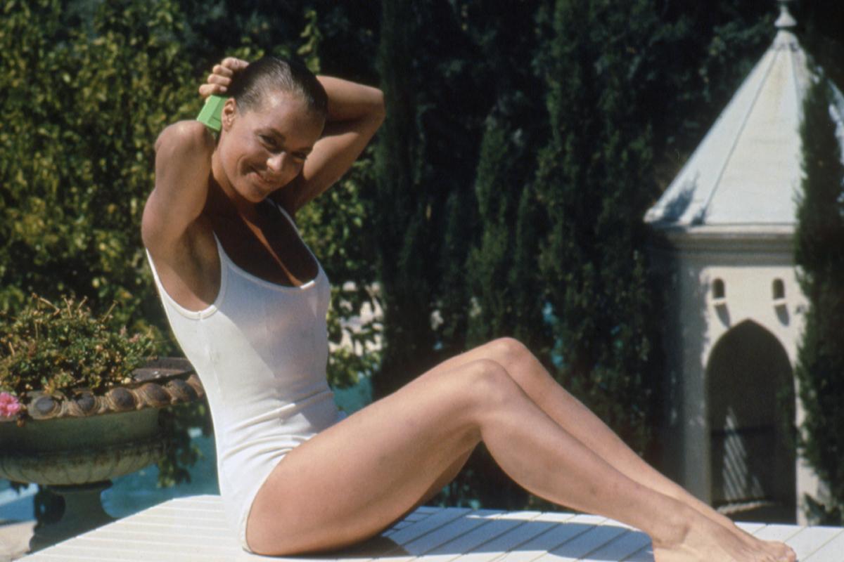 Romy Schneider luce su icónico bañador blanco en el set de 'La piscina'.