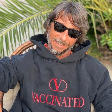 Pierpaolo Piccioli luciendo la sudadera de 'Vaccinated'.