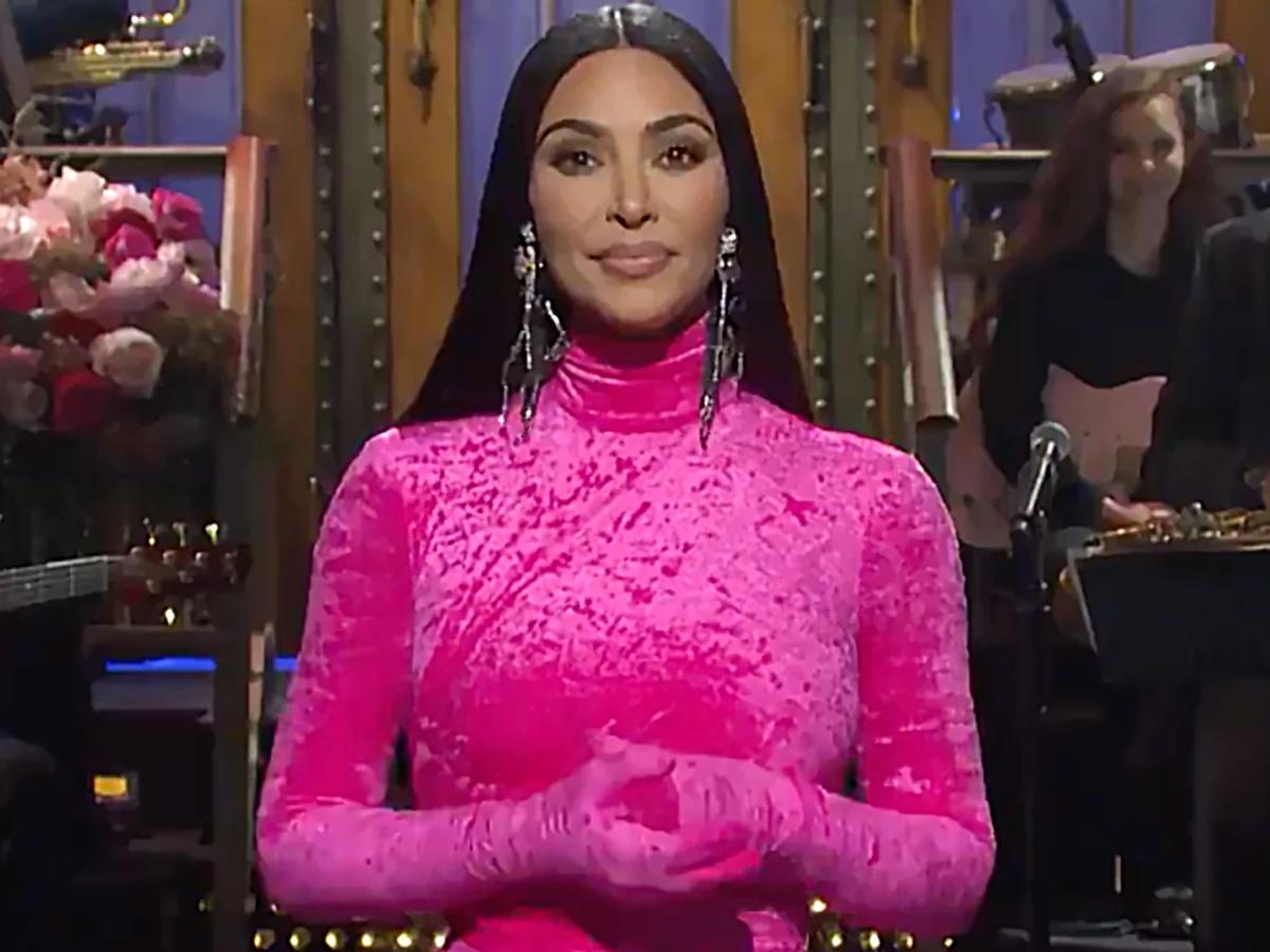 «Soy la foto que llevan mis hermanas a sus cirujanos»: Kim Kardashian sorprende con un irreverente monólogo en su debut en 'SNL'
