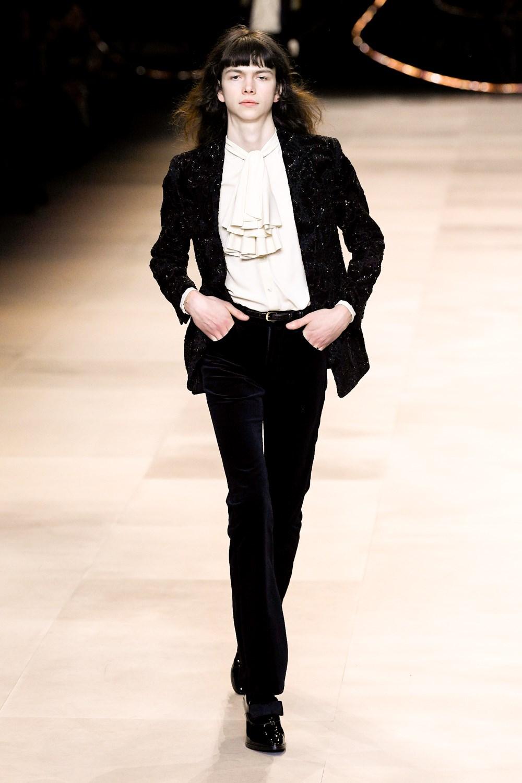 Celine recupera la década de los 70 con prendas elegantes y unisex