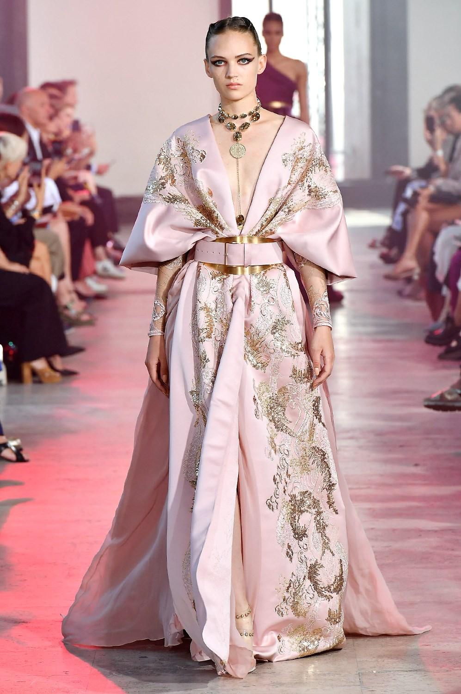 Bordados y exceso: así son las princesas chinas de Elie Saab