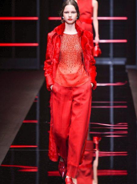 El color rojo y las lentejuelas reinan en el desfile de Emporio Armani
