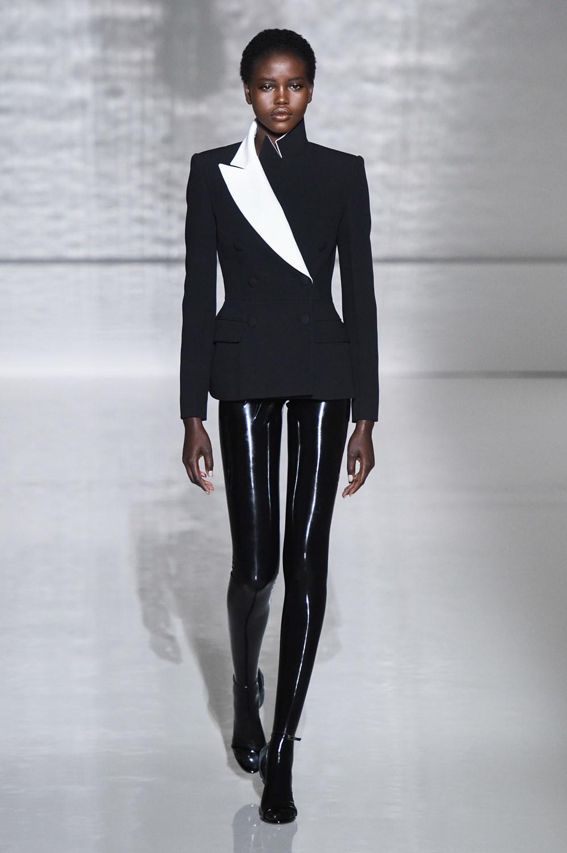 Lo moderno y lo eterno se fusionan en las mujeres (y los hombres) de Givenchy