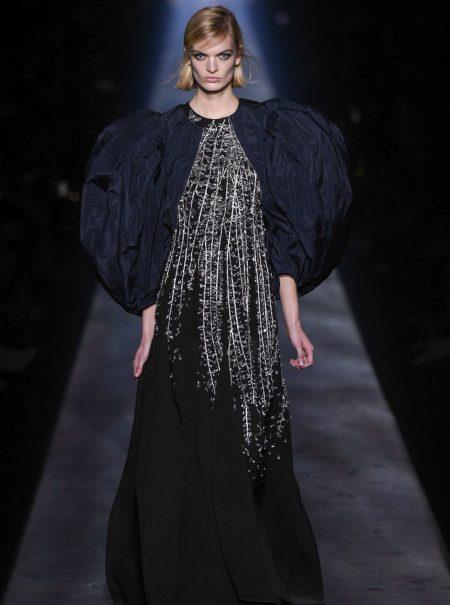 Los vestidos de noche llevan manga farol (lo dice Givenchy)