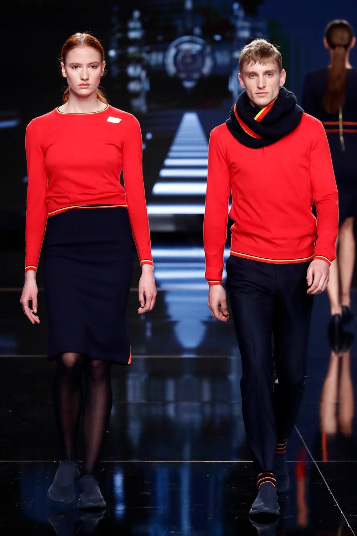 Los nuevos uniformes de Iberia incluyen por primera vez zapatillas planas para las azafatas