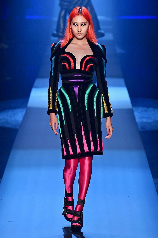 Colores flúor y tocados imposibles en Jean Paul Gaultier