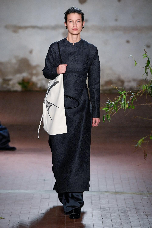 Jil Sander quiere un otoño de escotes racionales y minimalistas