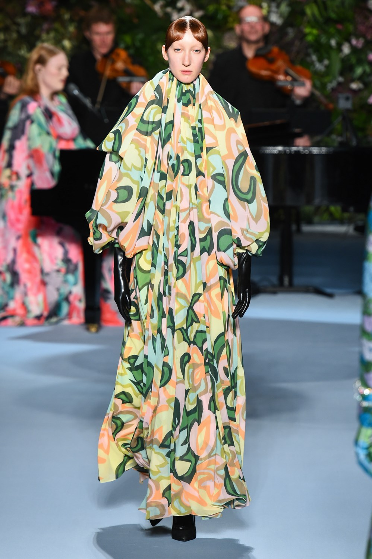 Richard Quinn llena de flores la pasarela londinense (vestido de novia incluido)