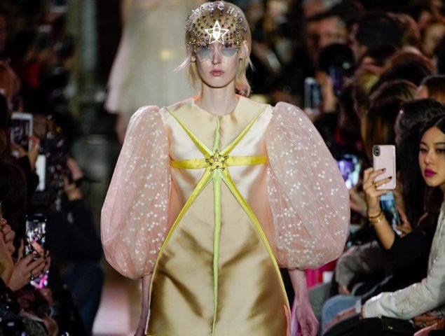 Schiaparelli ratifica el momento dorado del vestido de tul