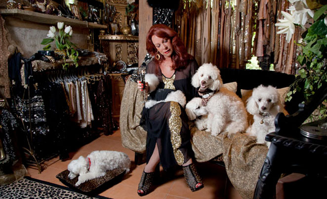 La dueña de la tienda secreta de Bali con sus caniches.