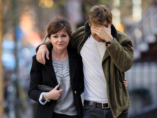 Foto del día: El actor más sexy del mundo pasea con su madre